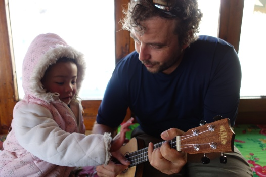 The ukulele makes friends